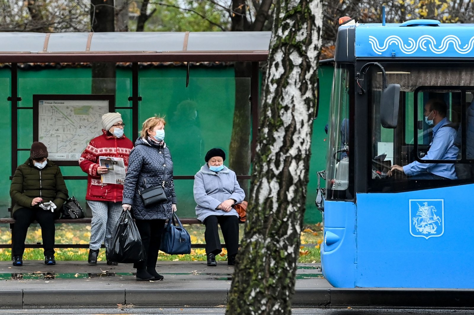 People wearing protective facemasks, amid the coronavirus disease ( COVID-19) pandemic, prepare to board a bus in Moscow, Russia, Nov. 5, 2020. (AFP Photo)