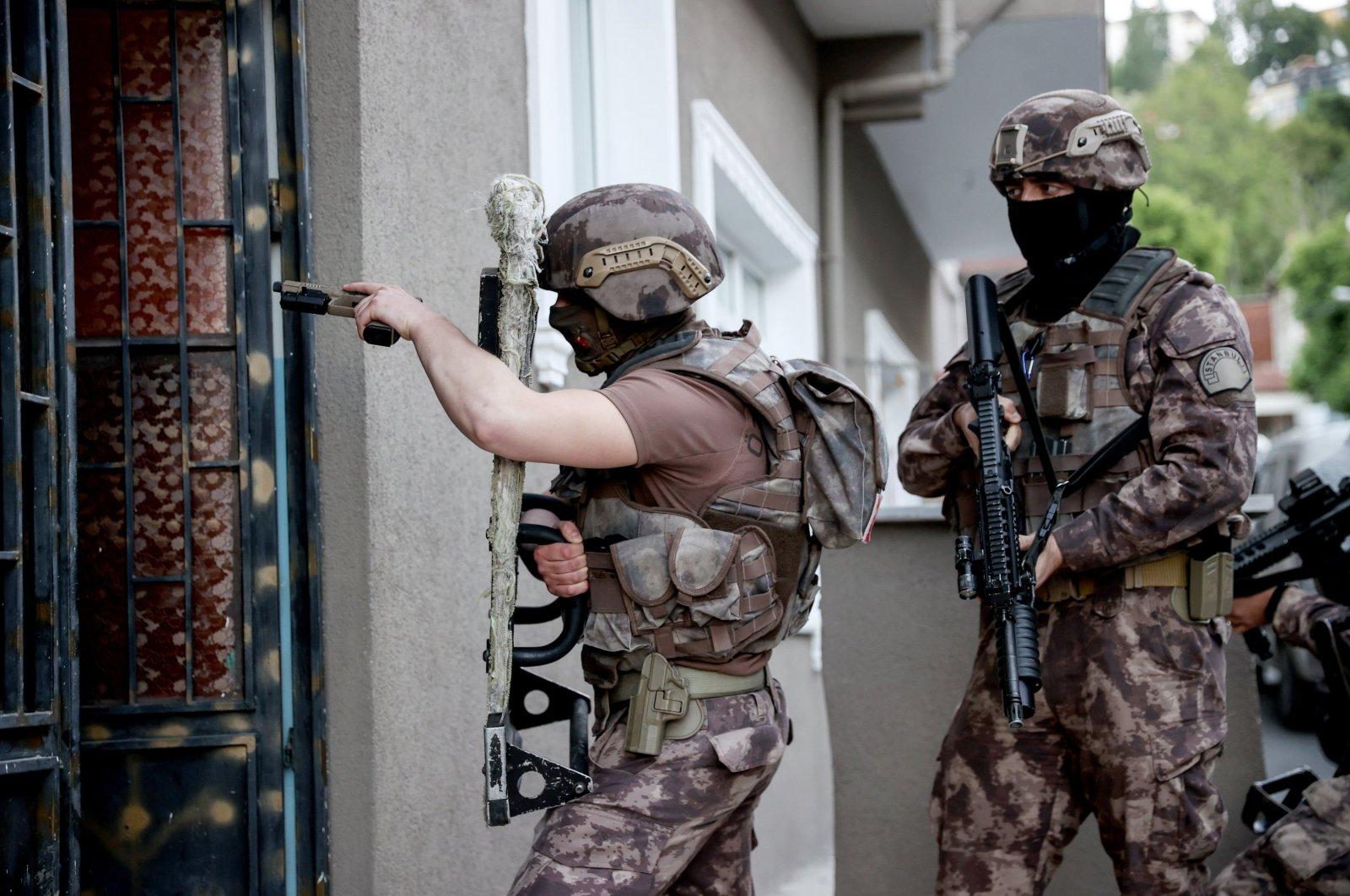 Turkish counterterrorism squads enter a building where Daesh terrorists had been hiding, Istanbul, Turkey, May 20, 2021. (AA Photo)