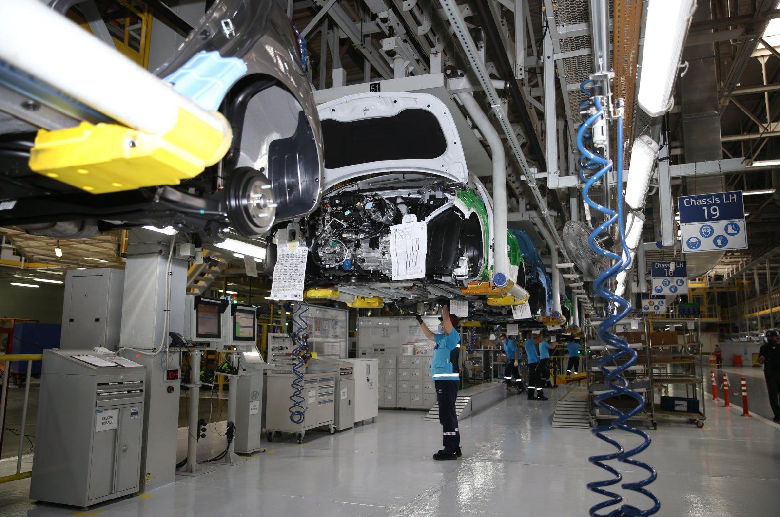 Workers are seen at Hyundai Assan's Izmit factory in northwestern Kocaeli, Turkey, Aug. 28, 2020. (AA Photo)
