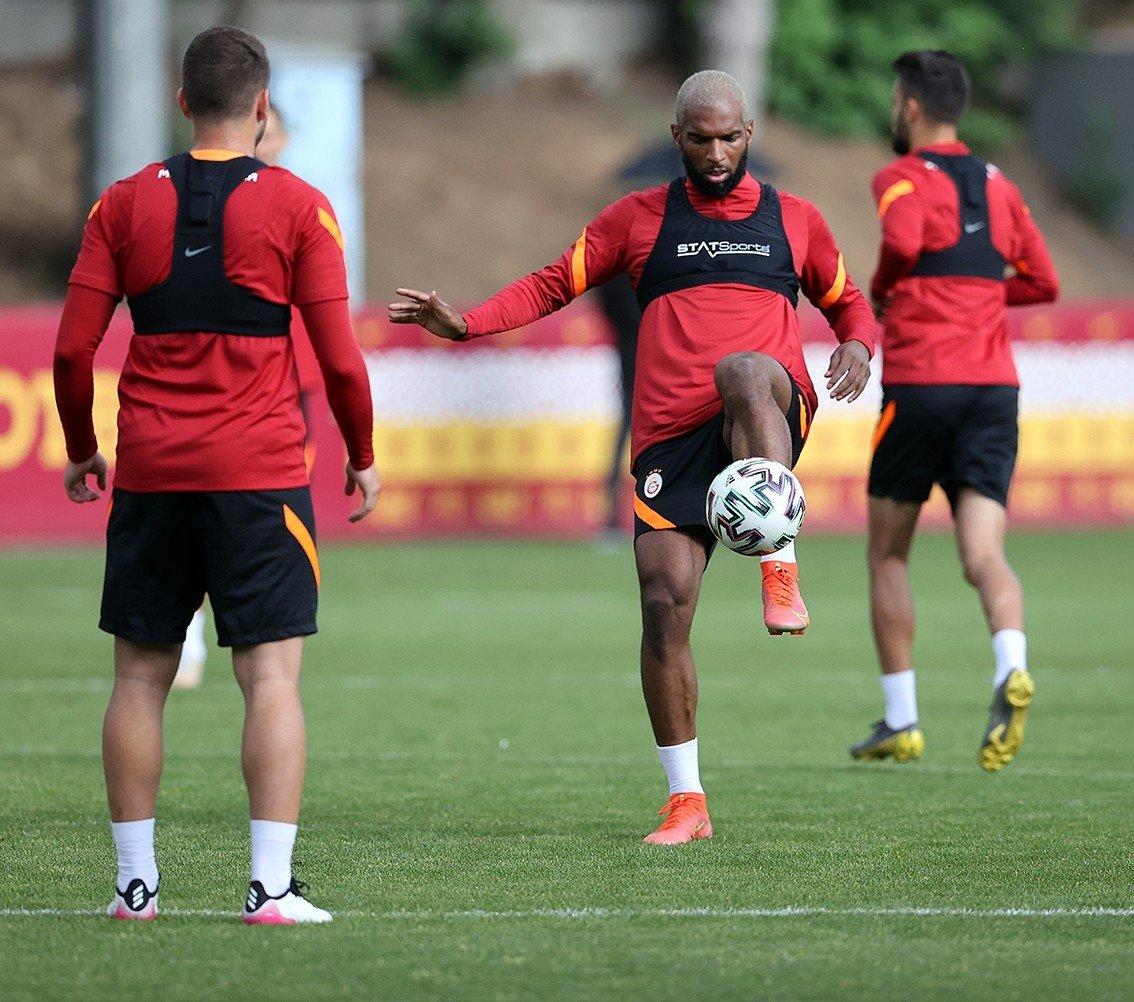 Galatasaray's Dutch midfielder Ryan Babel (C) trains with teammates in Istanbul, Turkey, June 15, 2021. (IHA Photo)