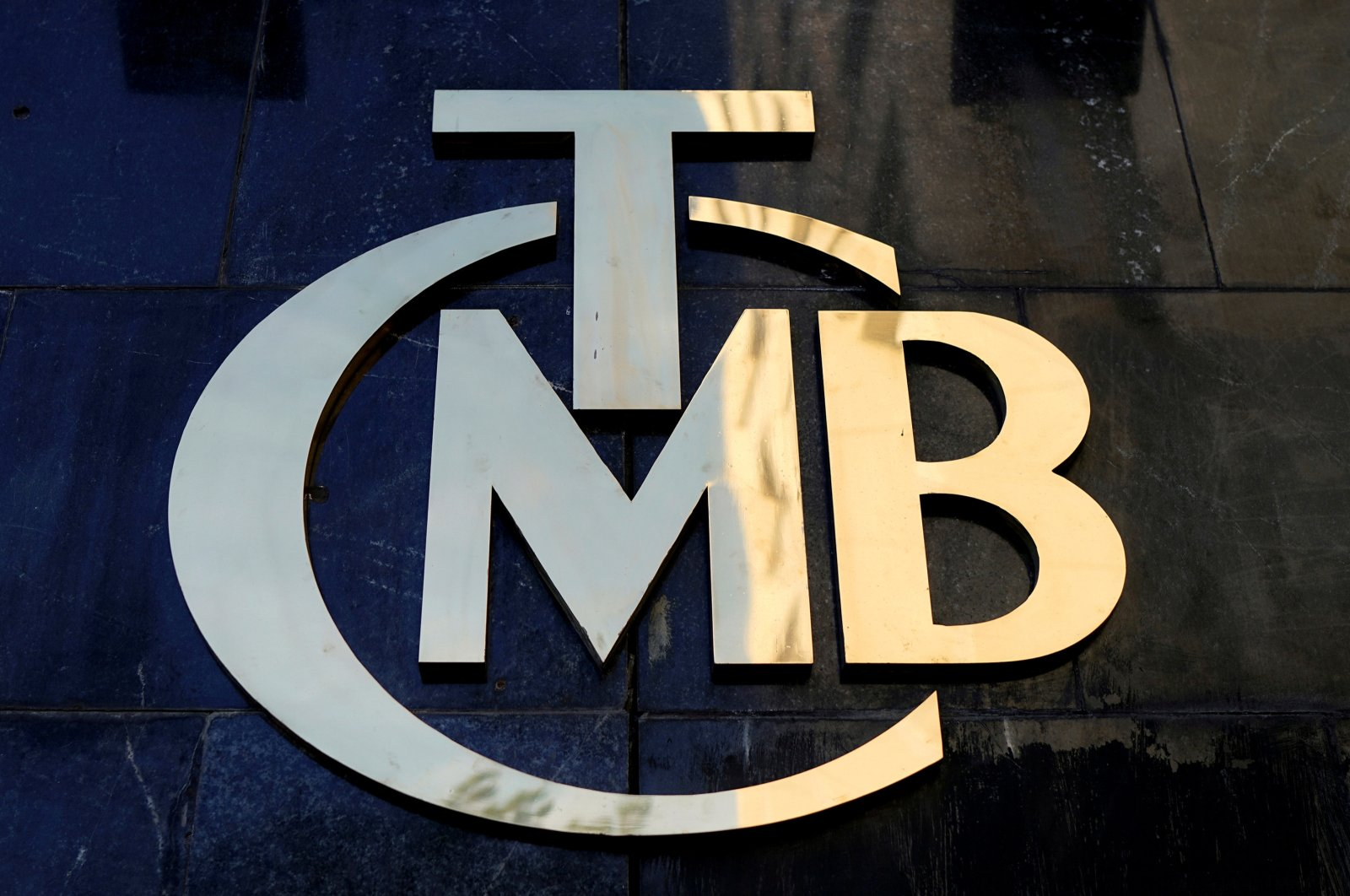 A logo of the Central Bank of the Republic of Turkey (CBRT) is pictured at the entrance of the bank's headquarters in Ankara, Turkey, April 19, 2015. (Reuters Photo)