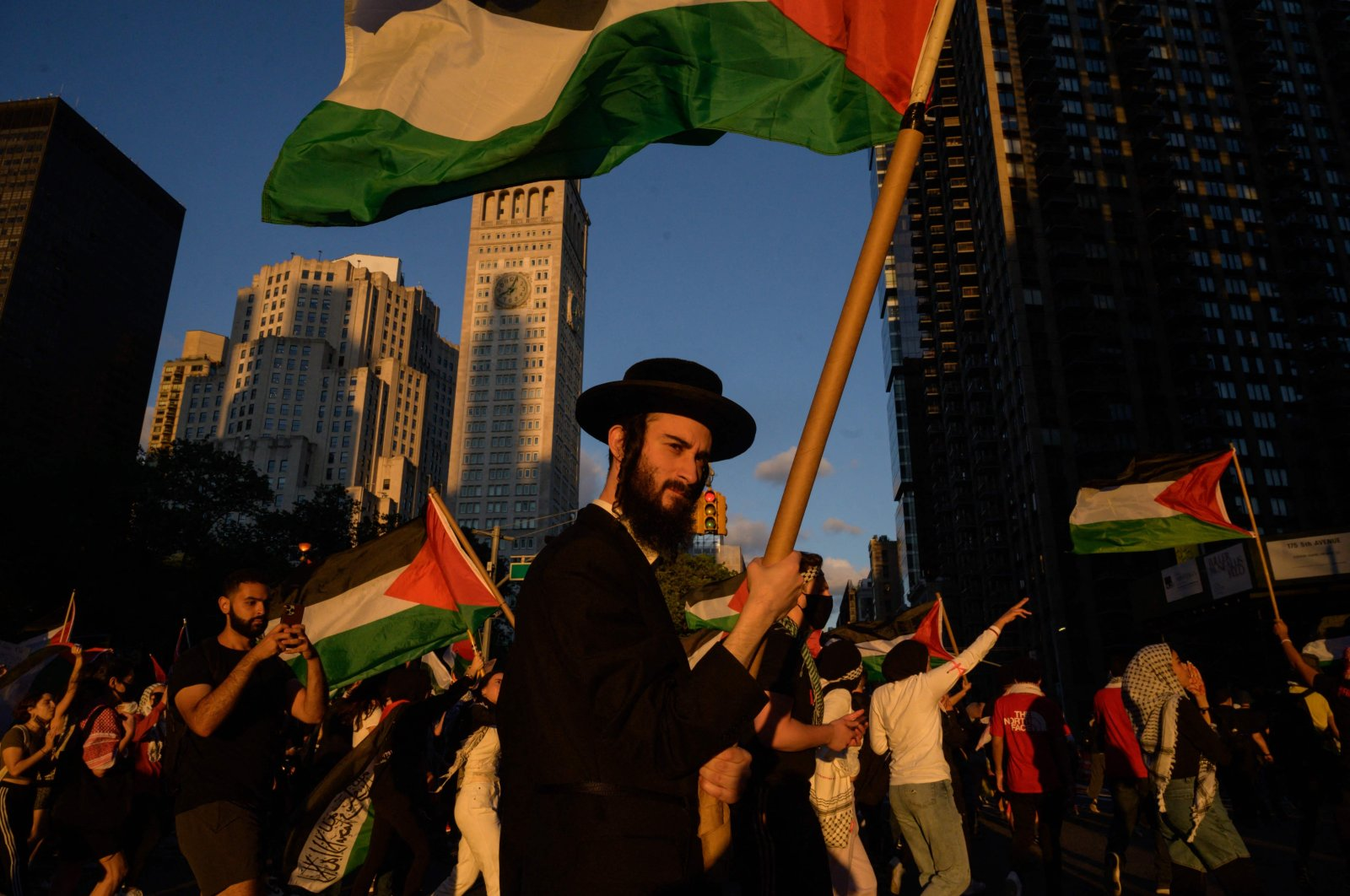 Pro-Palestinian demonstrators and members of the Neturei Karta (NK) ultra-Orthodox Jewish movement (C) march during an 'emergency rally to defend Palestine' in Manhattan, New York, the U.S., June 15, 2021. (AFP Photo)