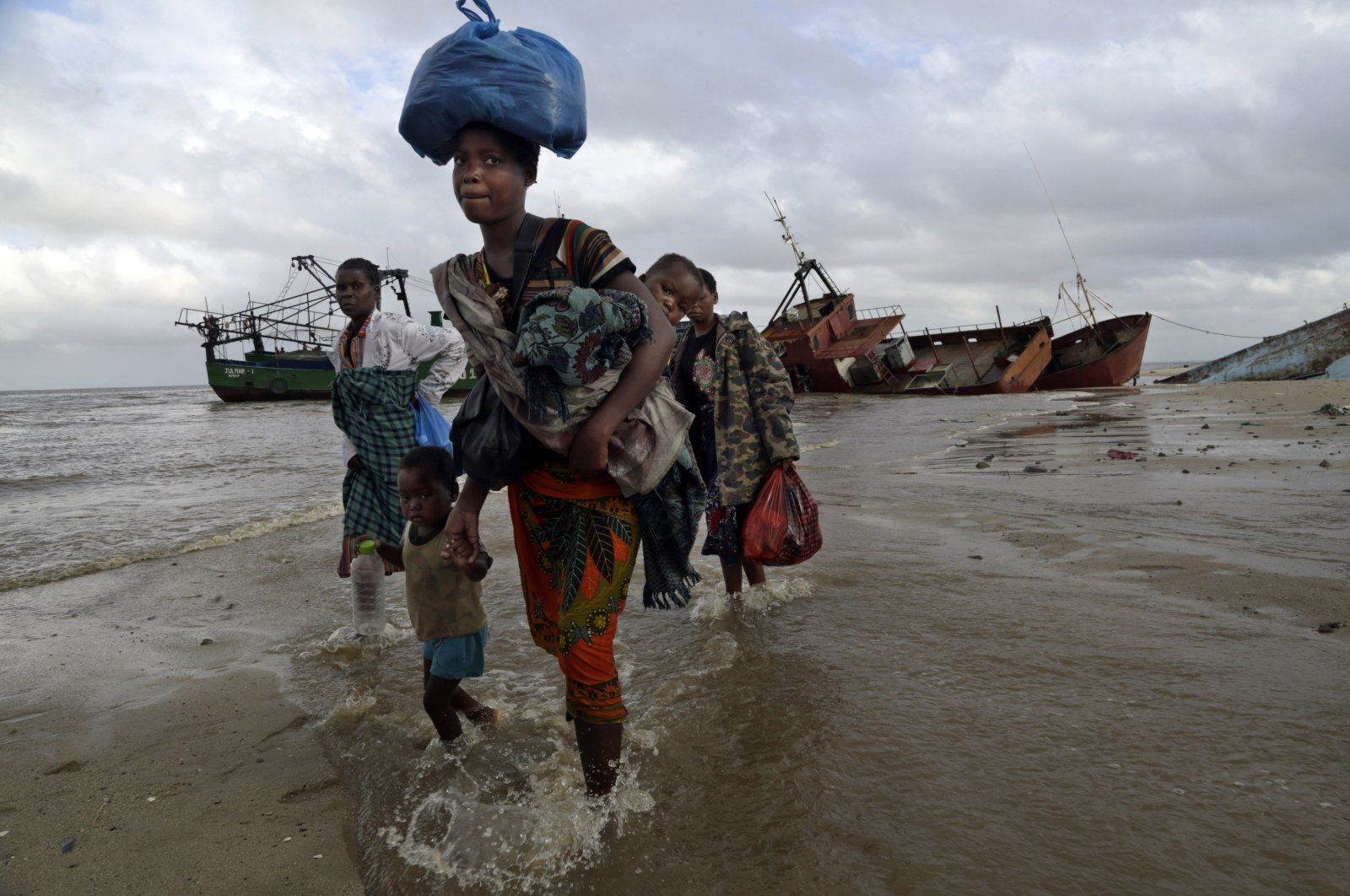 Displaced families arrive after being rescued by boat from a flooded area of Buzi district, 200 kilometers (120 miles) outside Beira, Mozambique, March 23, 2019. (AP Photo)
