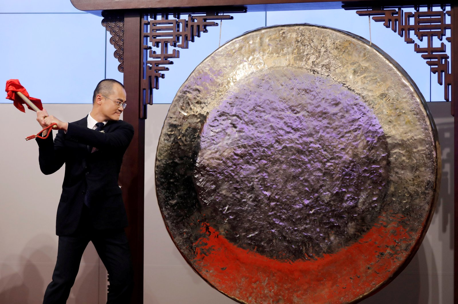 Wang Xing, co-founder, chairperson and chief executive officer of China's Meituan Dianping, hits the gong during the debut of the company at the Hong Kong Exchanges in Hong Kong, China, Sept. 20, 2018. (Reuters Photo)