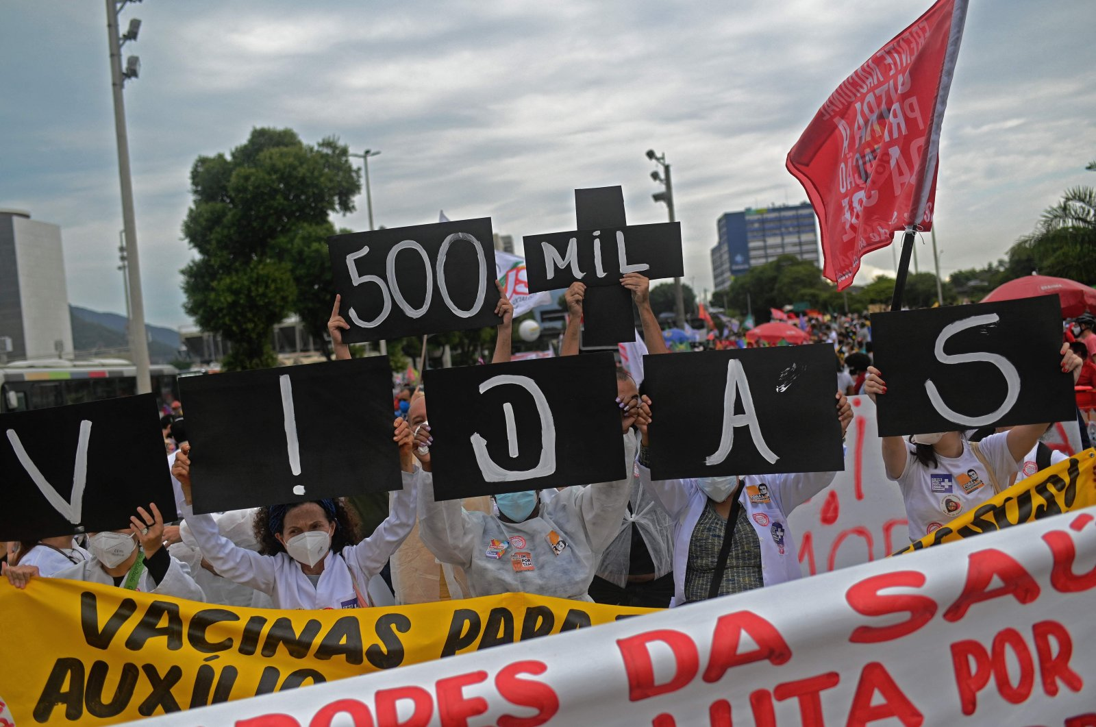 Demonstrators hold a sign reading ''500 thousand lives'' in allusion to more than 500,000 COVID-19 victims in Brazil, during a protest against Brazilian President Jair Bolsonaro's handling of the pandemic in Rio de Janeiro, Brazil, June 19, 2021. (AFP Photo)