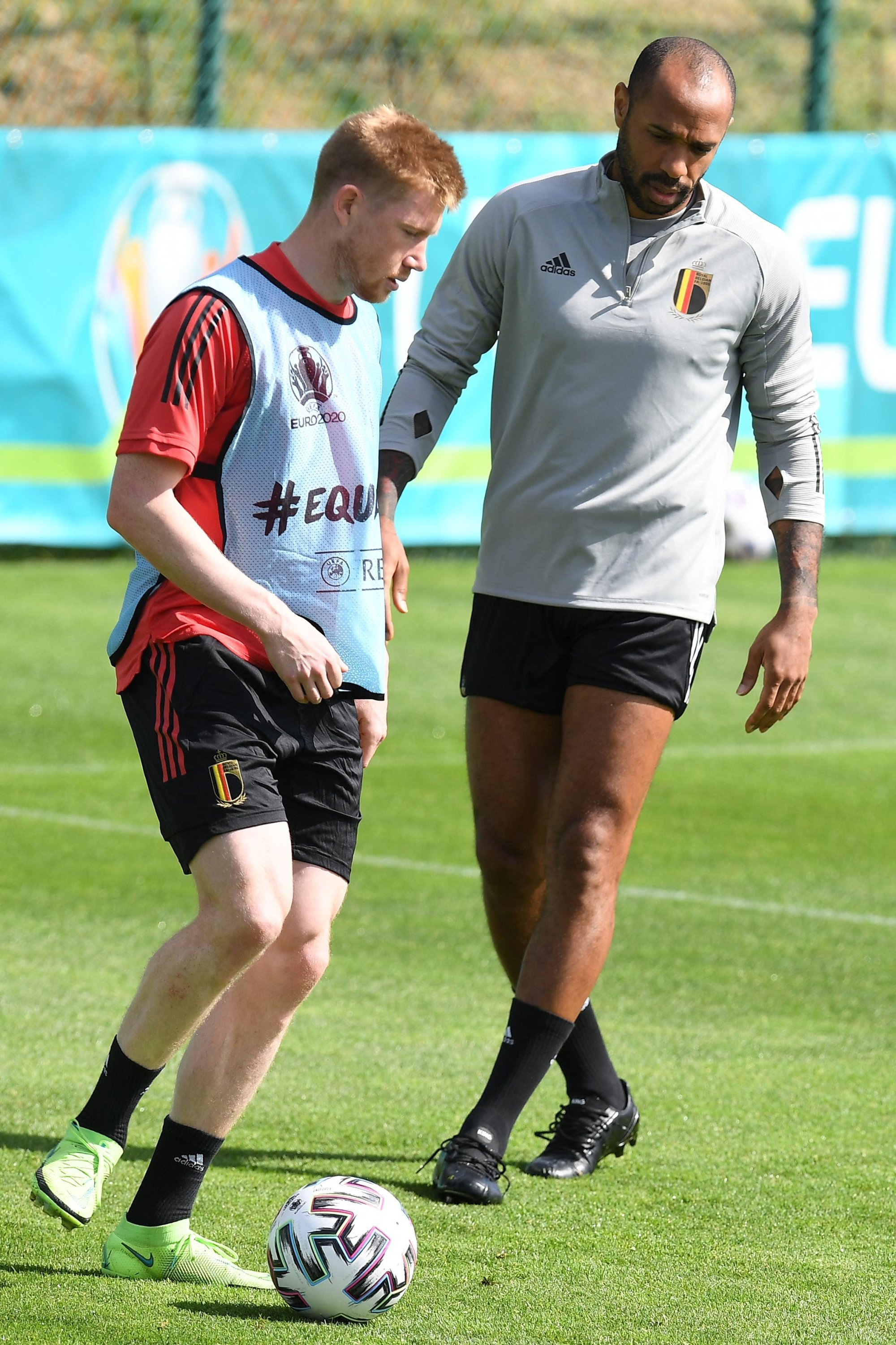 Belgium's French assistant coach Thierry Henry (R) stands next to midfielder Kevin De Bruyne during a training session in Tubize, Belgium, June 10, 2021. (AFP Photo)