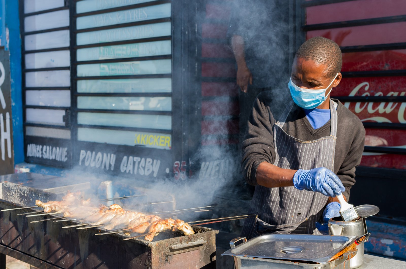 African street food vendor wearing a protective mask in Cape Town, South Africa, June 2020. (Shutterstock Photo)