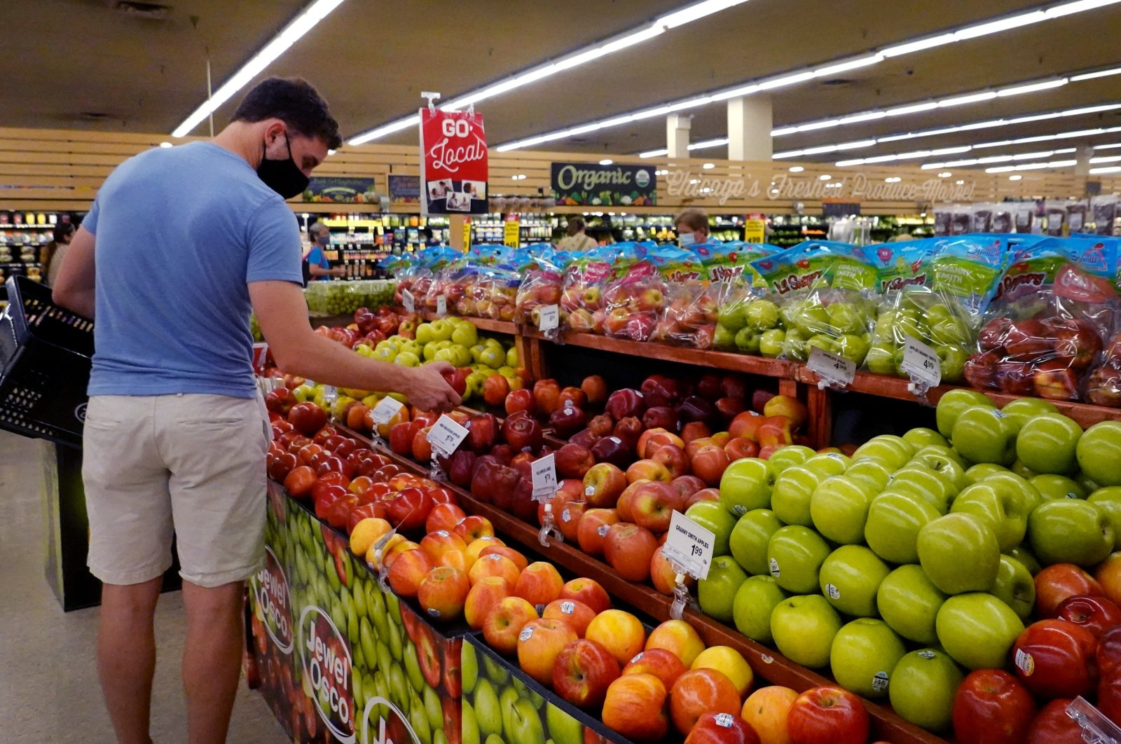Customers shop for produce at a supermarket in Chicago, Illinois, U.S., June 10, 2021. (AFP Photo)