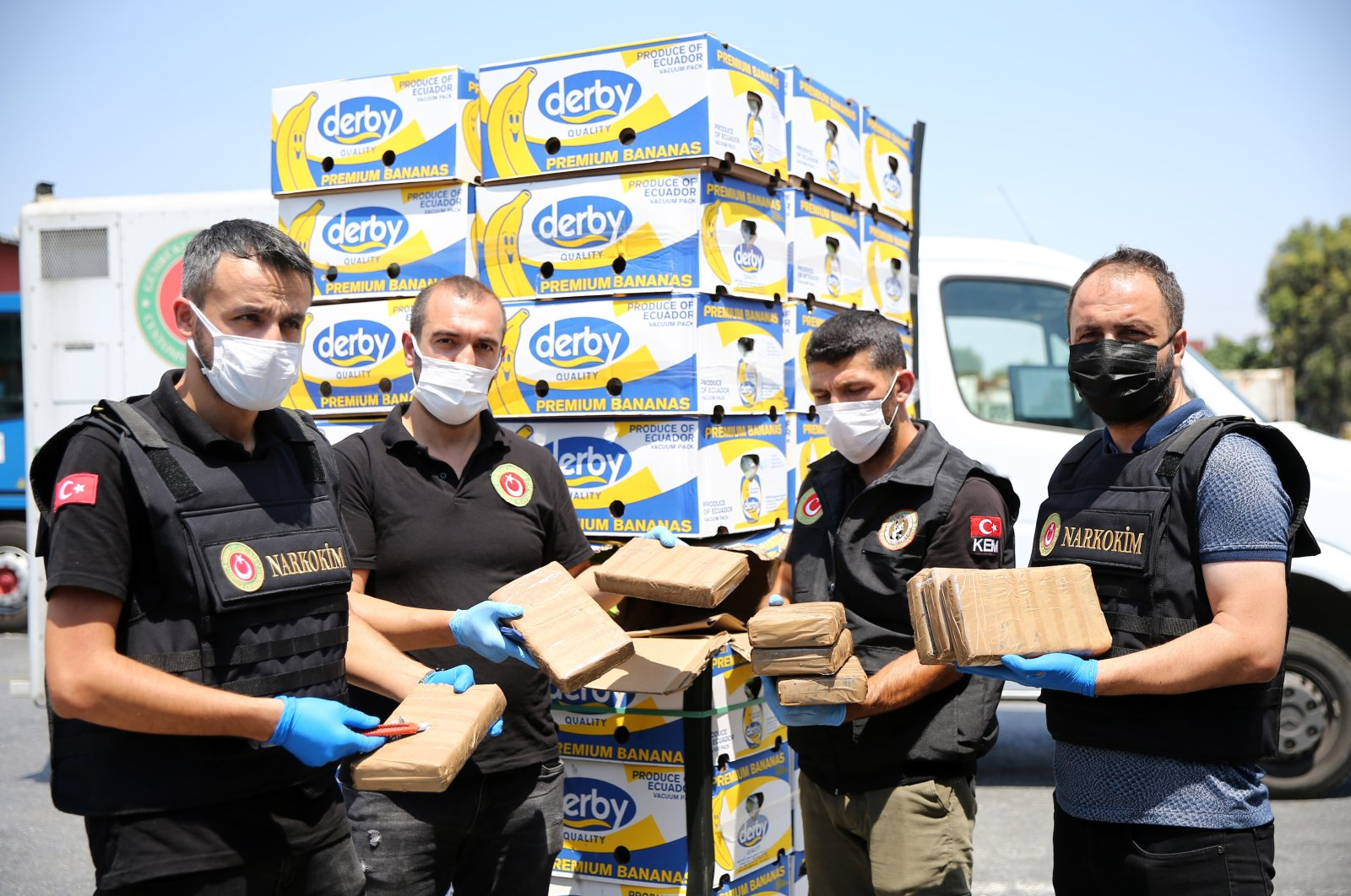 Police officers show drugs discovered in boxes of bananas aboard a vessel, Mersin, southern Turkey, June 18, 2021. (AA PHOTO)