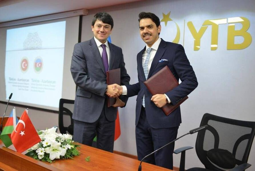 Fuad Muradov (L), head of the Azerbaijani government committee responsible for the diaspora, and Abdullah Eren, head of the Presidency for Turks Abroad and Related Communities (YTB), shake hands. (Courtesy of the YTB)