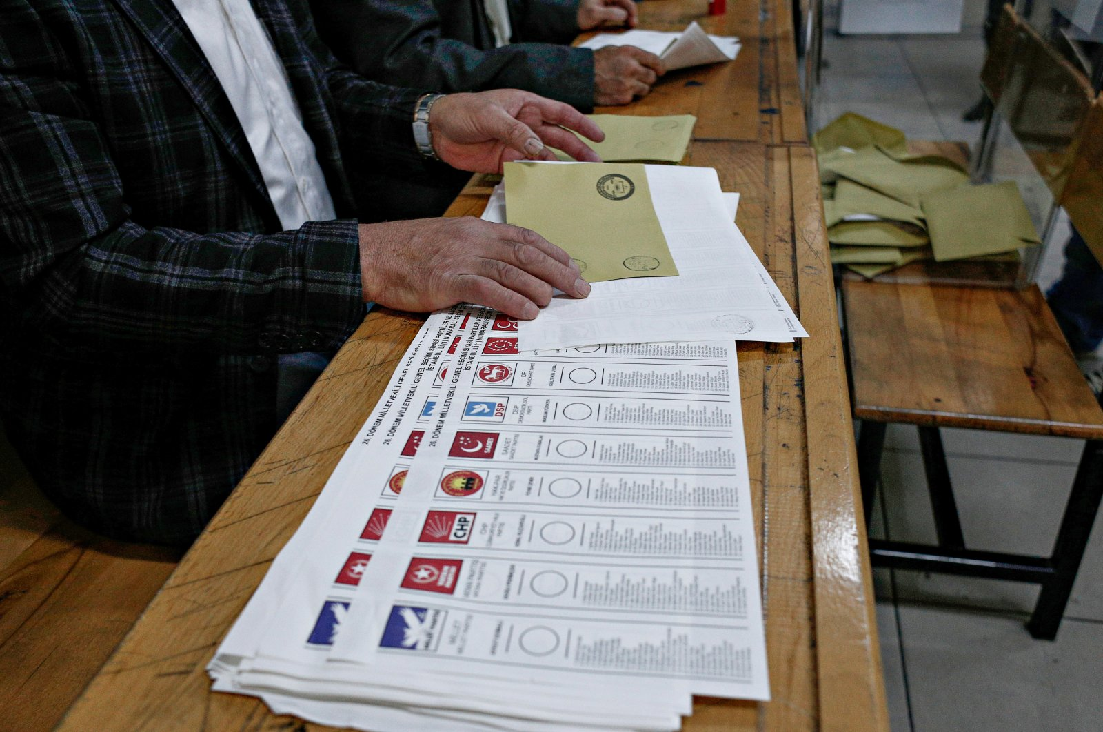 People vote in Turkish general elections at a polling station in Istanbul, Turkey, Nov. 1, 2015. (Shutterstock File Photo)