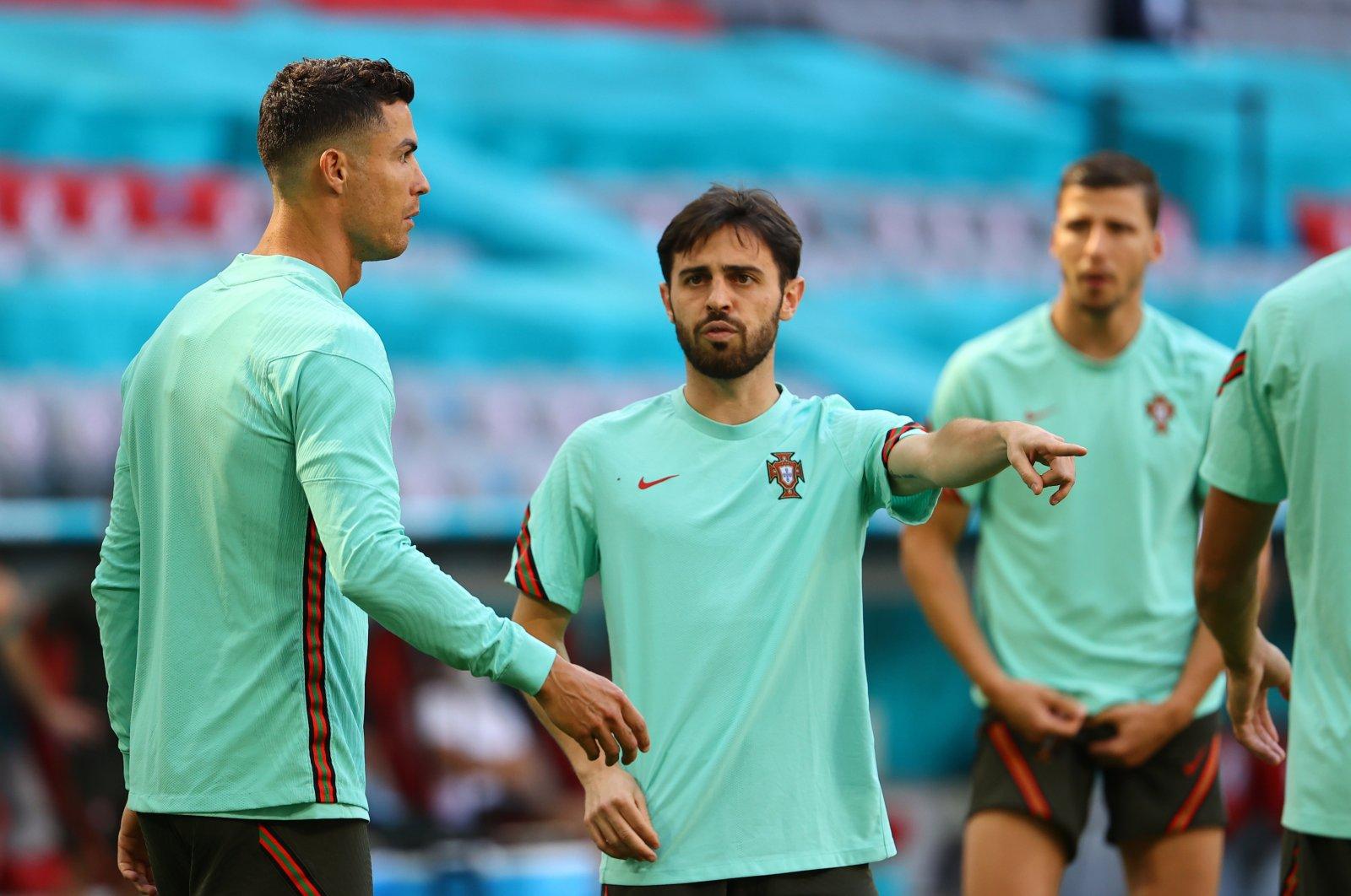 Portugal's Bernardo Silva (C) and Cristiano Ronaldo (L) attend a training session in Munich, Germany, June 18, 2021. (Reuters Photo)