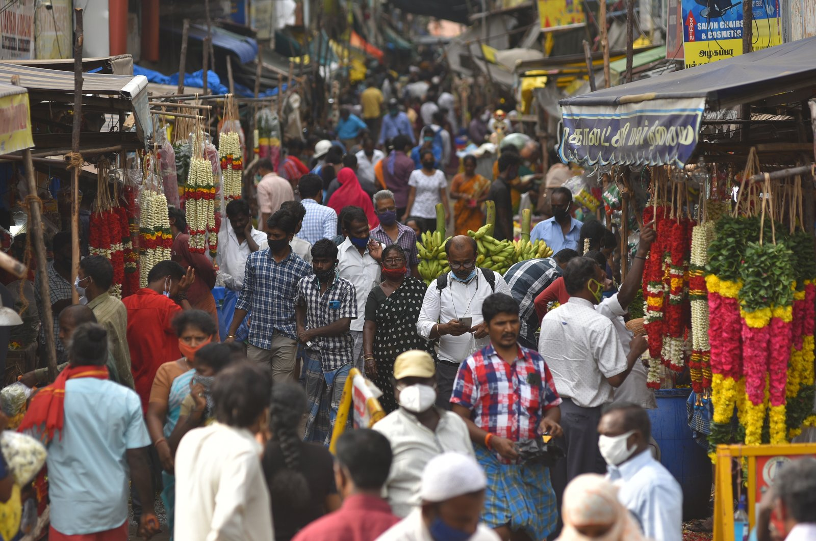 People begin crowding markets following the easing of restrictions, in Chennai, India, June 17, 2021. (EPA Photo)