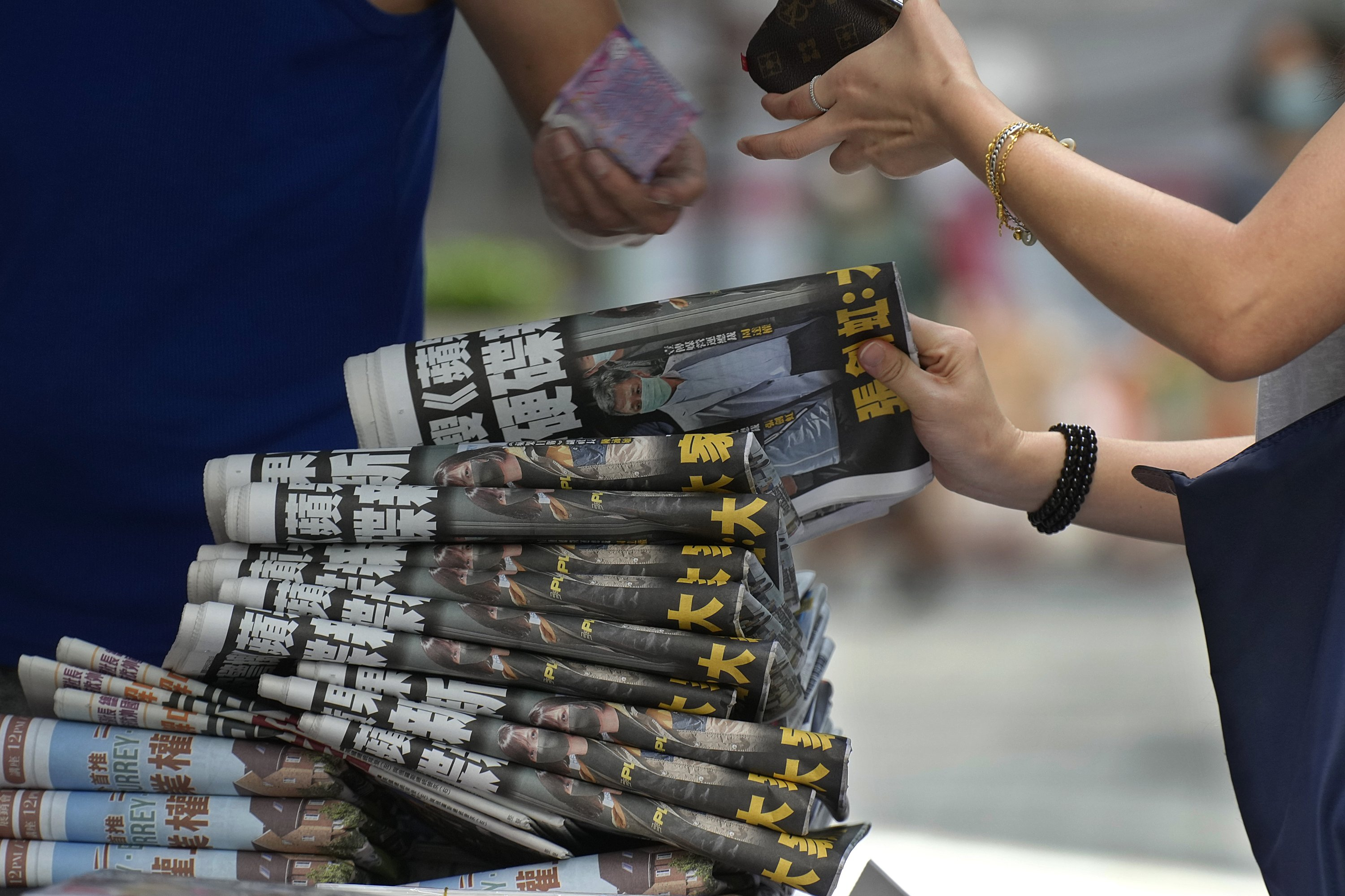 People buy the Apple Daily newspaper at a stand in downtown Hong Kong, June 18, 2021. (AP Photo)