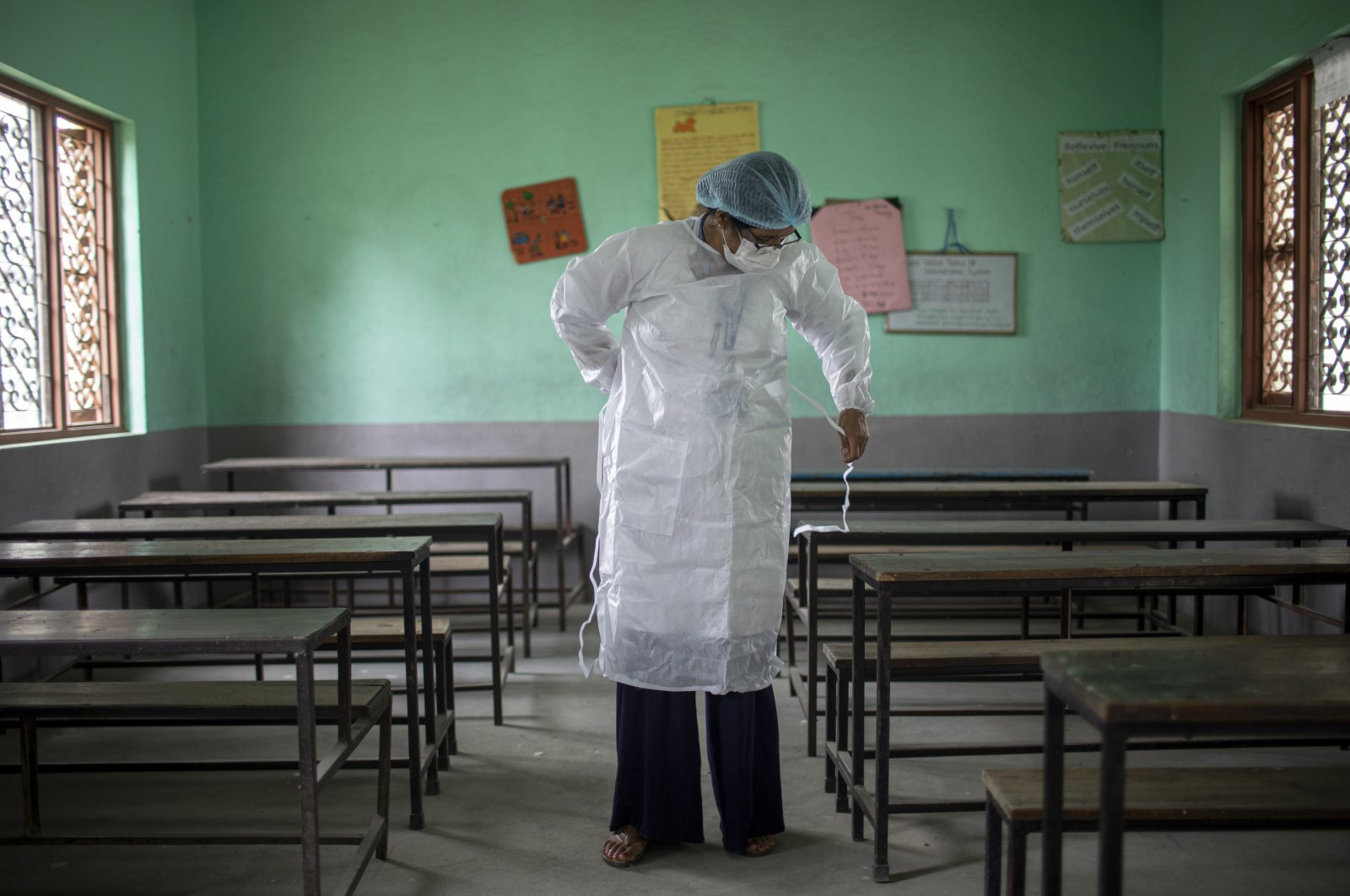 A health worker prepares to administer a second dose of Covishield COVID-19 vaccine at Karyabinayak School in Lalitpur, Nepal, June 23, 2021. (EPA Photo)
