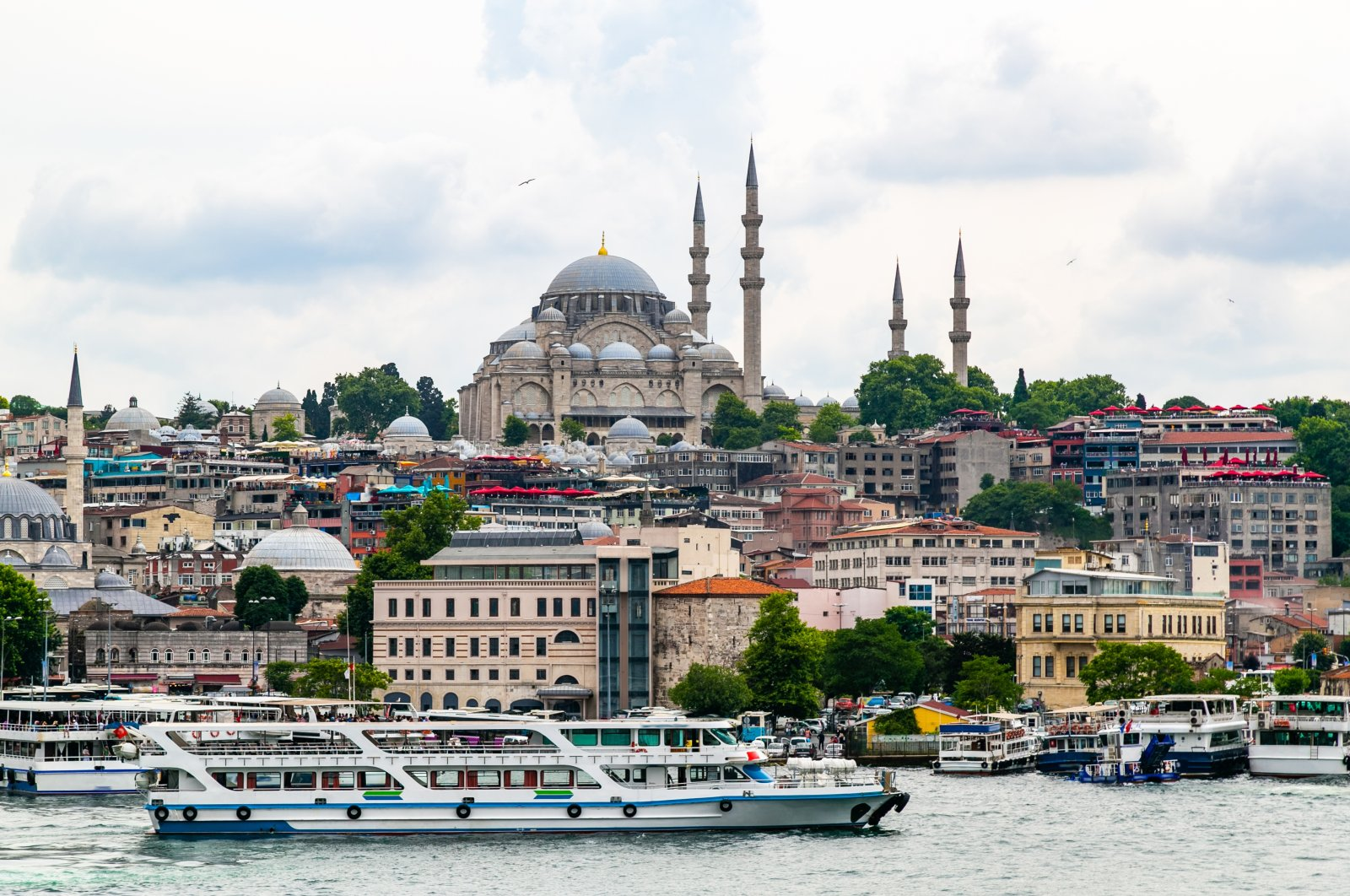 A view of the Istanbul cityscape with boats and Süleymaniye Mosque in the background. (Shutterstock Photo)