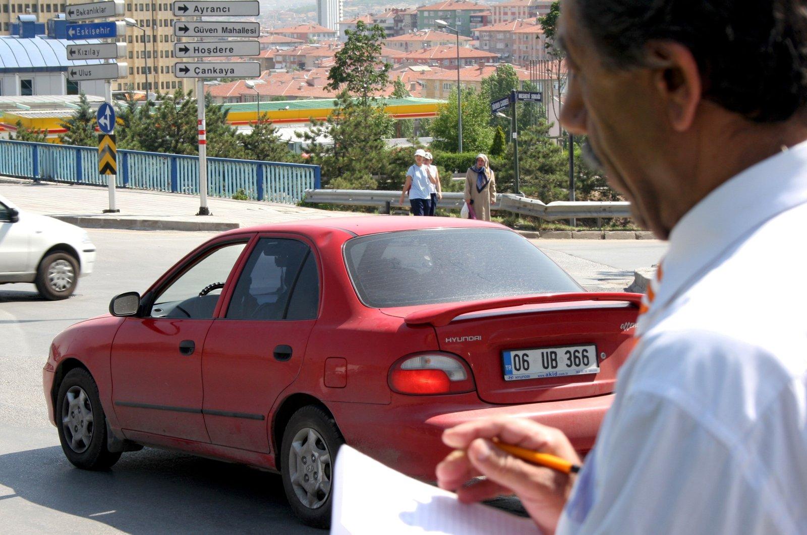 Ihsan Memiş, a volunteer inspector, checks cars for violations in the capital, Ankara, Turkey, June 21, 2006. (AA PHOTO)