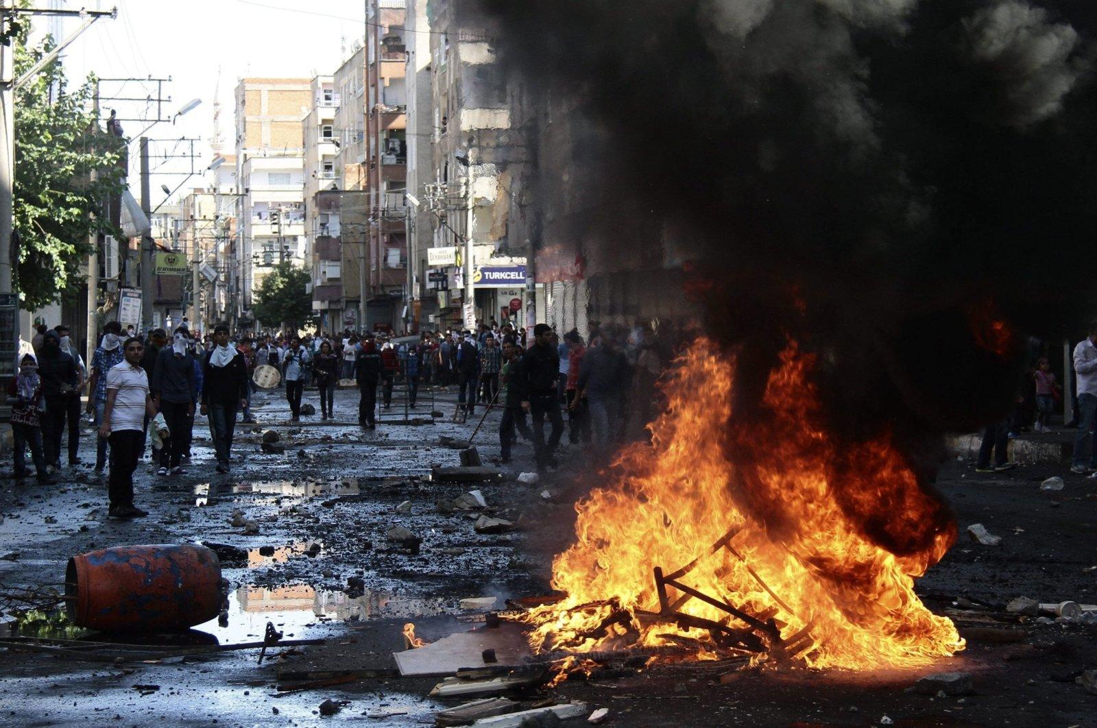 Violent pro-PKK demonstrators set the city's streets on fire during protests in Diyarbakır, southeastern Turkey, Oct. 7, 2014. (EPA Photo)