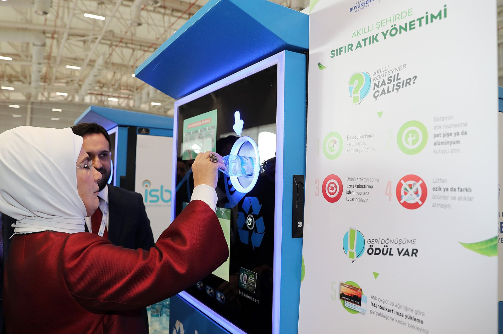 First lady Emine Erdoğan disposes of a bottle in a recycling machine at an environment-focused fair in Istanbul's Avrasya Exhibition and Arts Center, Turkey, Dec. 10, 2018. (AA File Photo)
