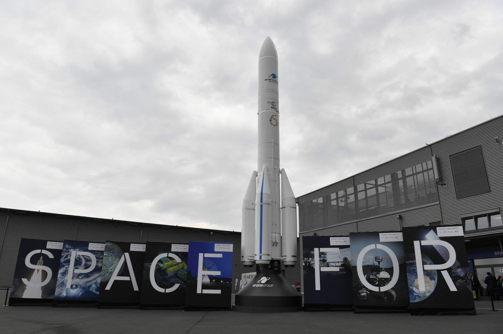 A model of an Ariane 6 rocket, a launch vehicle under development by the European Space Agency (ESA), is on display at the International Aerospace Exhibition, ILA Berlin, Germany, April 25, 2018. (AFP Photo)