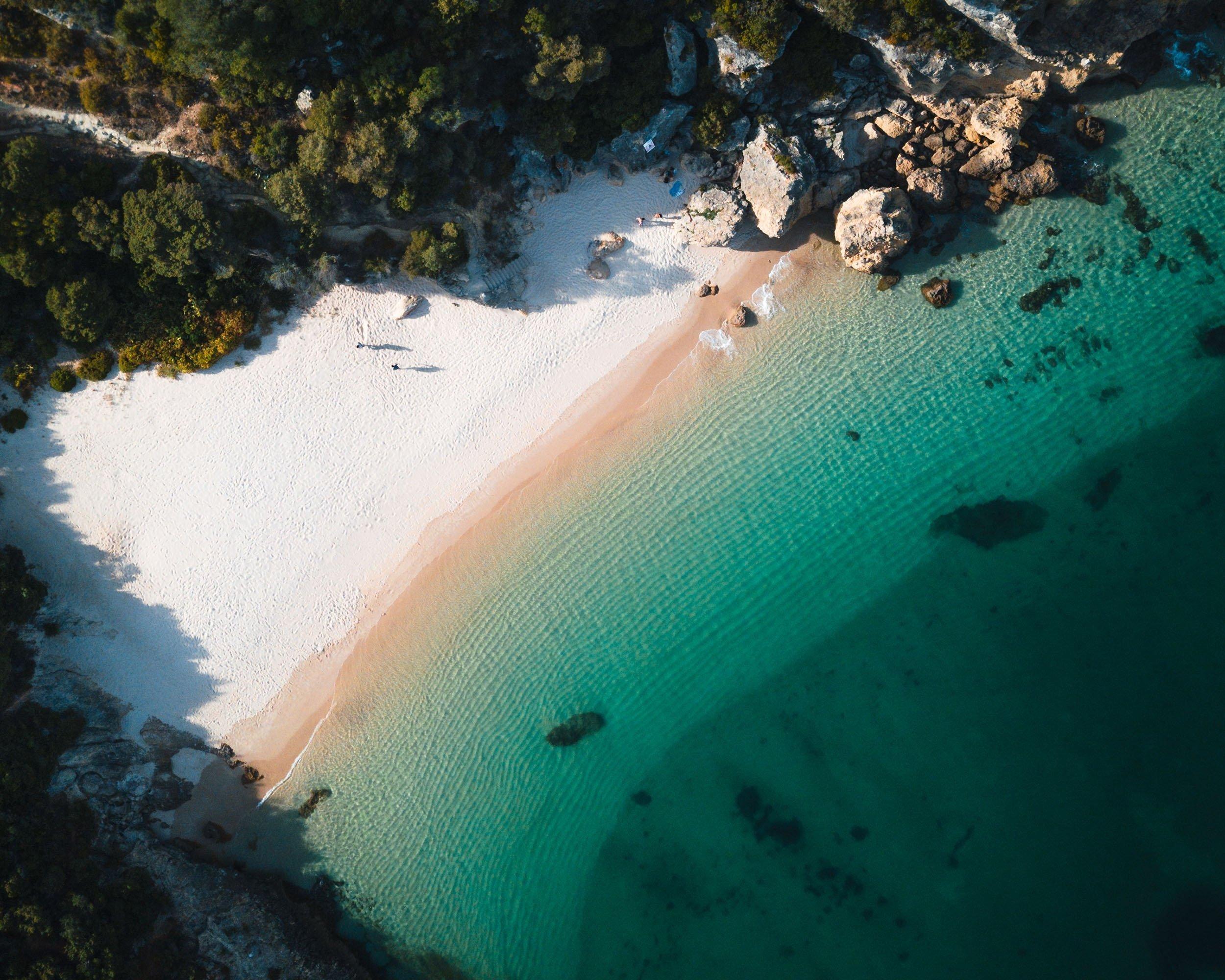 A areia branca da praia tropical de Arapita, um parque natural em Sethupal, Portugal, lava-se com água limpa.  (Foto do Shutterstock)