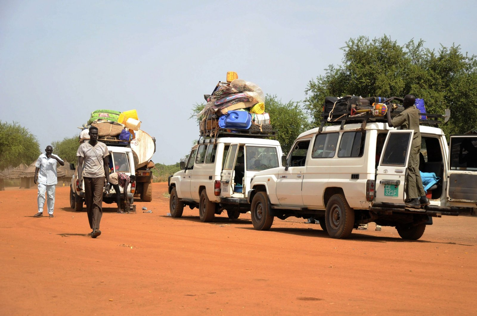 A convoy of returning residents is seen along a dirt road towards Bor, in Jonglei state, South Sudan, Dec. 8, 2014. (Reuters Photo)
