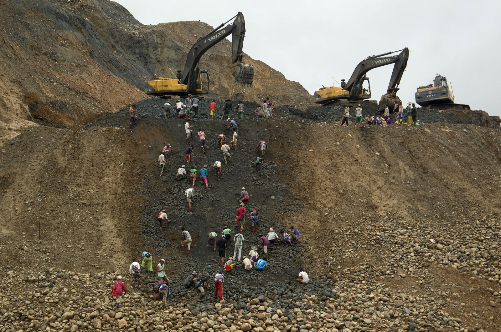 Freelance jade miners collect jade stones in the Hpakant area, Kachin State, Myanmar, June 15, 2015. (AP Photo)