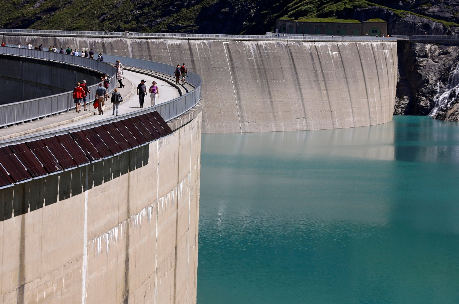 The Mooserboden water reservoir of Austrian hydropower producer Verbund near Kaprun, Austria, Aug. 31, 2016. (Reuters Photo)