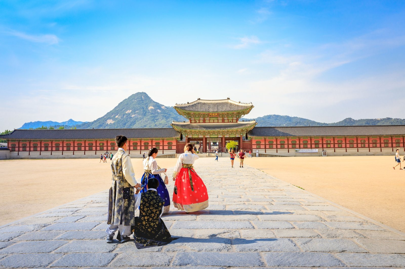 Tourists visiting Gyeongbokgung Palace in Seoul, South Korea, June 19, 2017. (Shutterstock Photo)