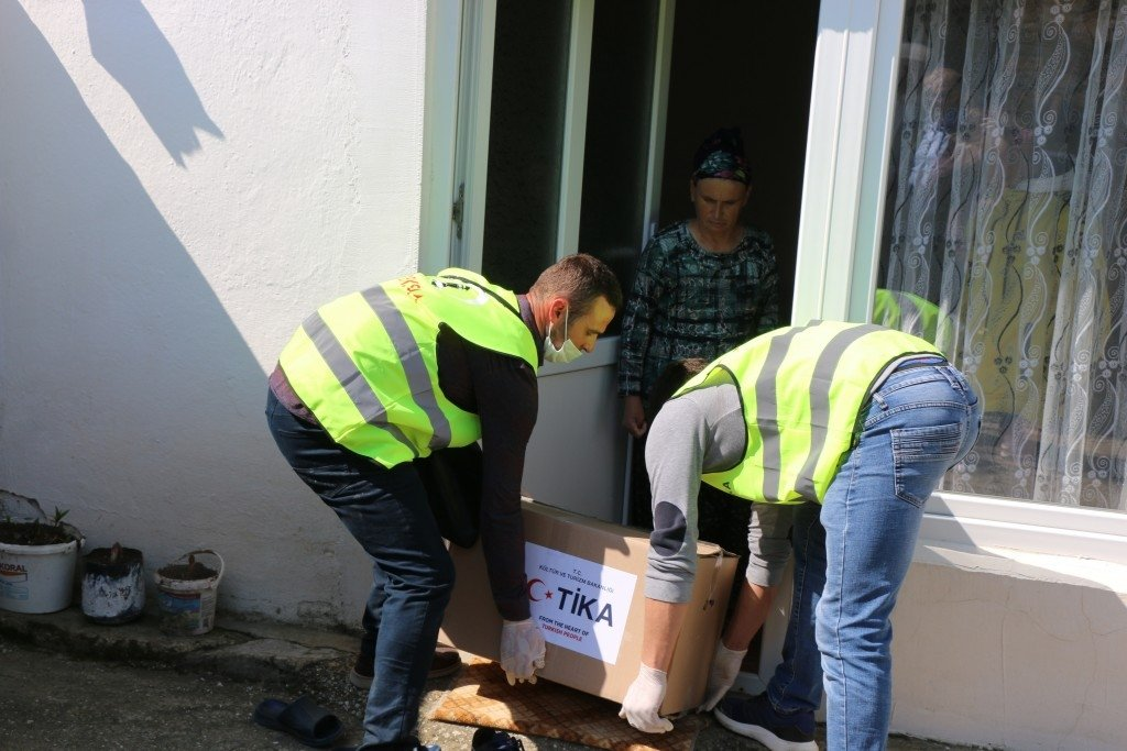 TIKA staff deliver an aid package to a family in a village near Skopje, North Macedonia, April 11, 2020. (COURTESY OF TİKA)