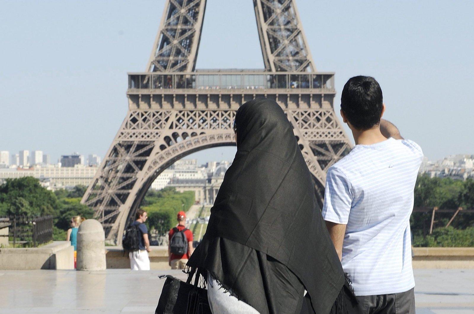 A woman wearing a niqab walks through Trocadero square near the Eiffel Tower in Paris, France, June 24, 2009. (Reuters File Photo)