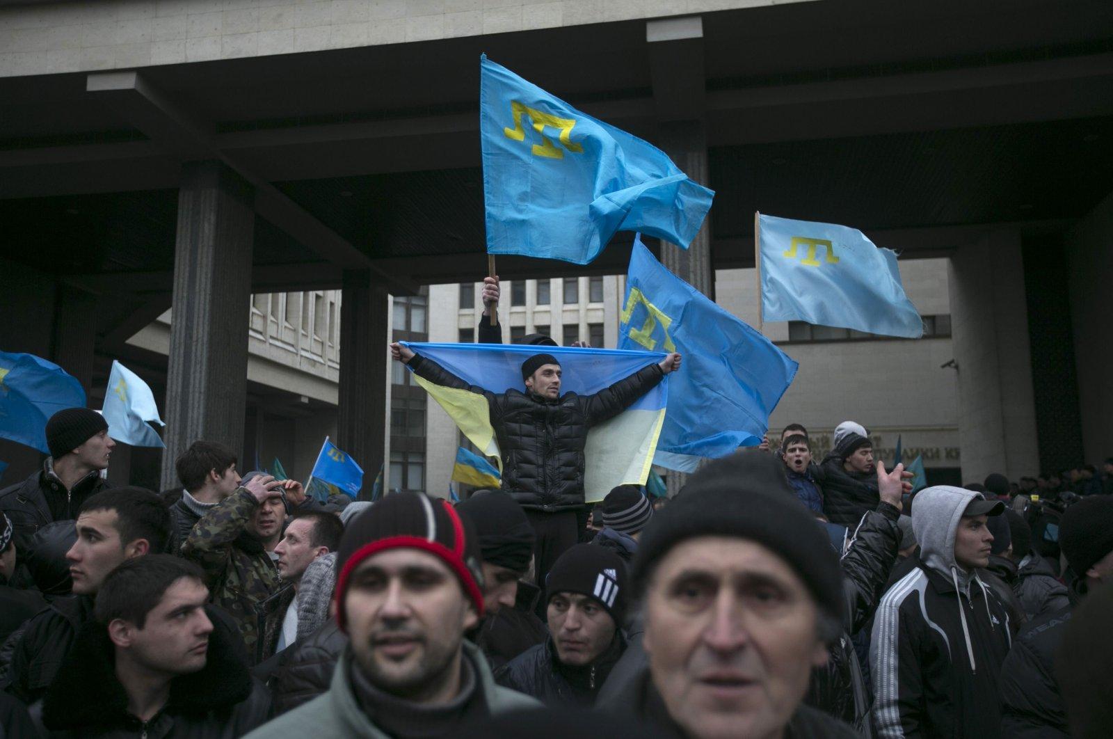 Crimean Tatars hold flags during rallies near the Crimean parliament building in Simferopol, Crimea, Ukraine, Feb. 26, 2014. (Reuters Photo)