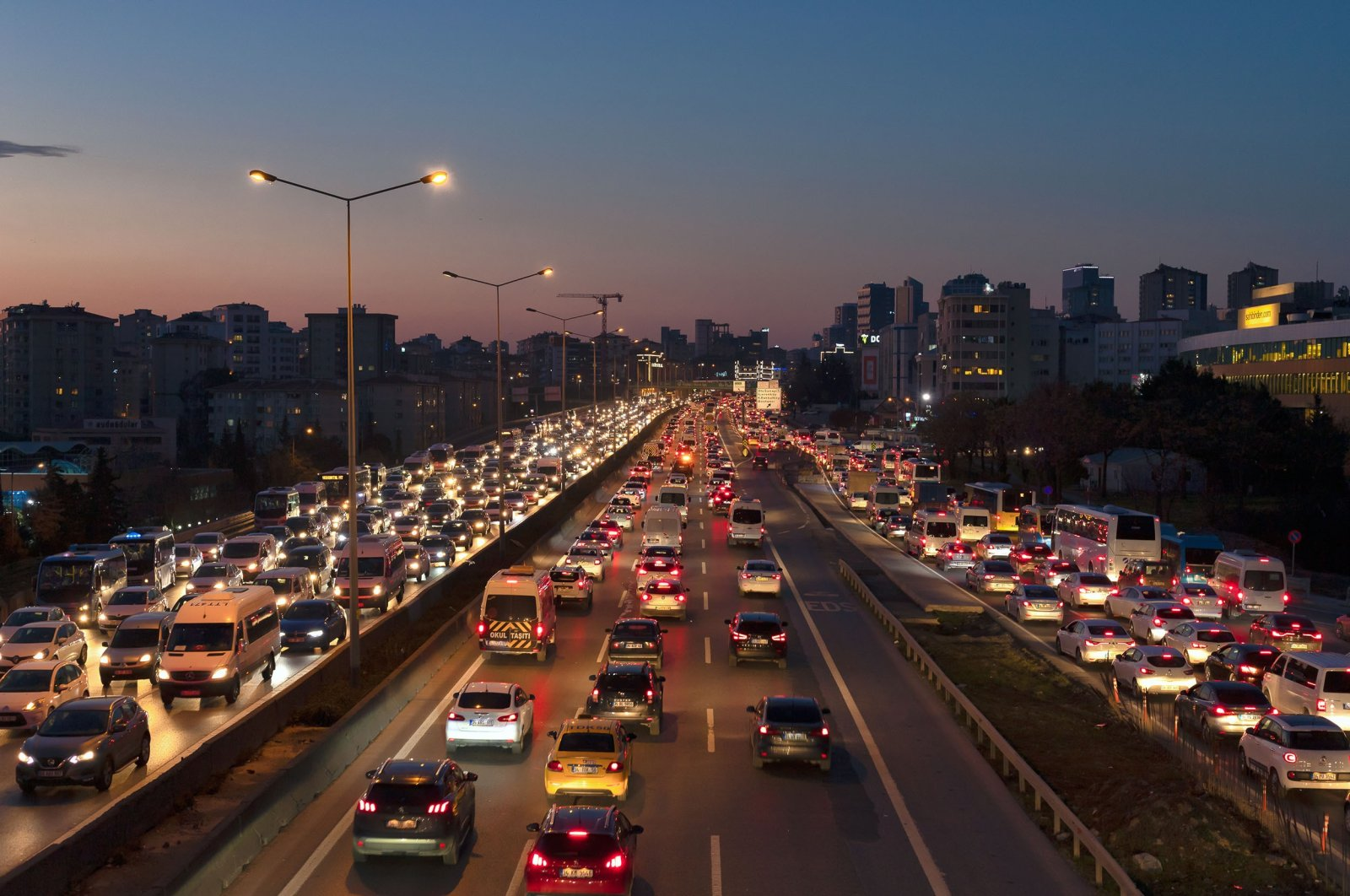 Vehicles crowd the lanes of the D100 highway on Istanbul's Anatolian side, Turkey, March 1, 2019. (Shutterstock Photo)