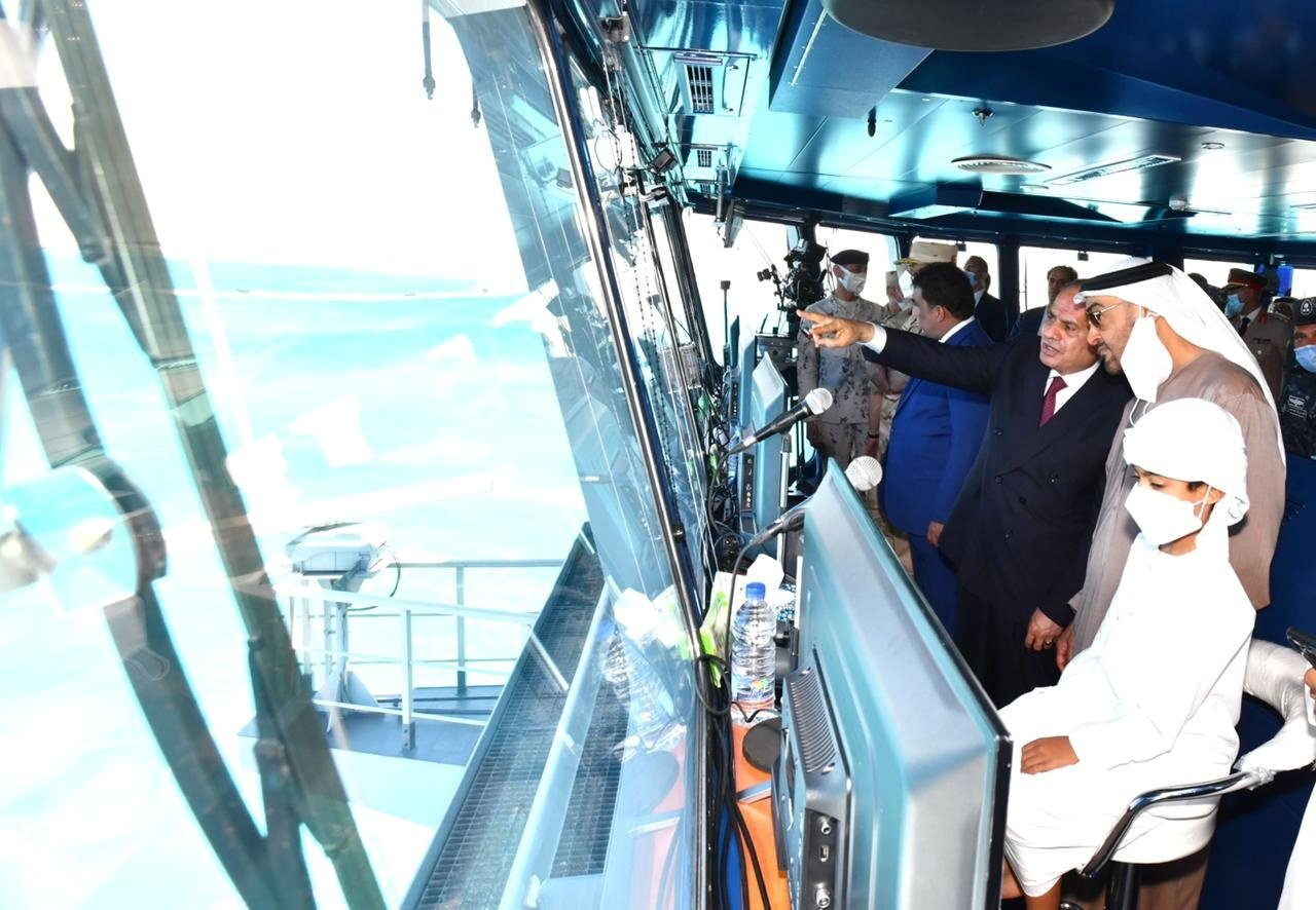 """Egyptian President Abdel Fattah al-Sisi (C), is seen with Abu Dhabi Crown Prince Sheikh Mohammed bin Zayed al-Nahyan (R), in a control tower during the inauguration of the new """"July 3"""" naval base, in Marsa Matruh Egypt, July 3, 2021.(Reuters Photo)"""