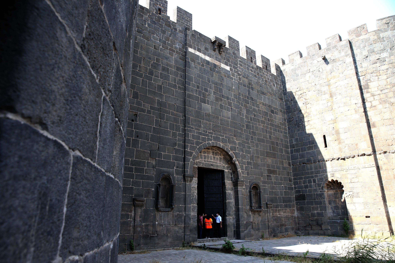 The sun casts a shadow alongthe historical city walls near the Dağkapı (mountain gate),Diyarbakır, Turkey, July 2, 2021. (AA Photo)
