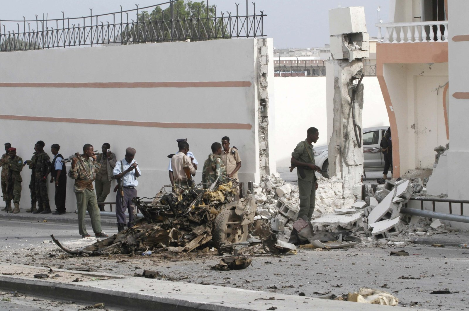 Somali government forces assess the scene of a suicide car explosion in front of the SYL hotel in the capital Mogadishu, Jan. 22, 2015. (Reuters File Photo)