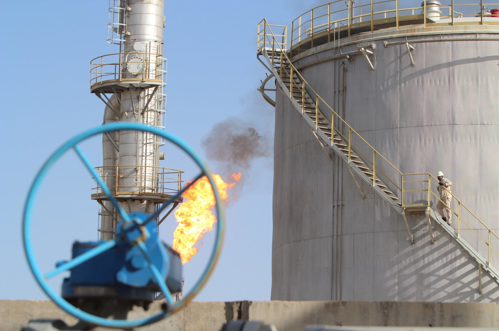 Bazerkan oil field in the city of Maysan, south of the capital Baghdad, Iraq, Jan 21, 2016. (Shutterstock Photo)