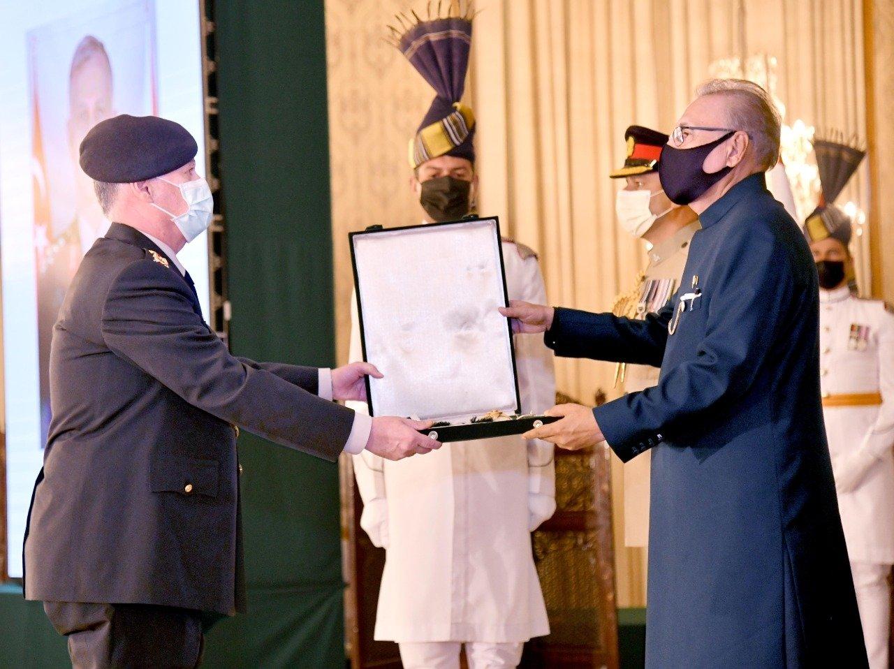 Pakistan's President Arif Alvi (R) presents an order to the Commander of the Turkish Land Forces, Gen. Ümit Dündar, Islamabad, Pakistan, July 5, 2021 (AA Photo)