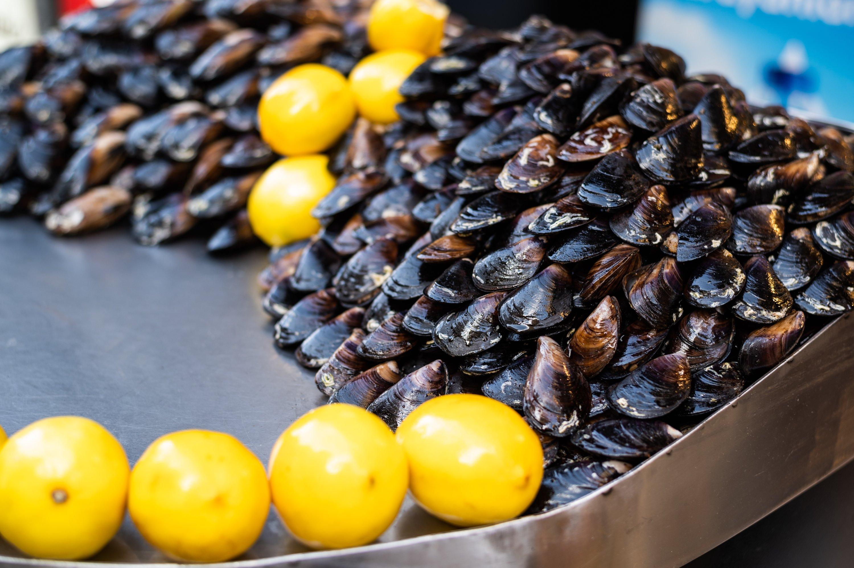 Turkish street food dolma midye or stuffed mussels await customers. (Shutterstock Photo)