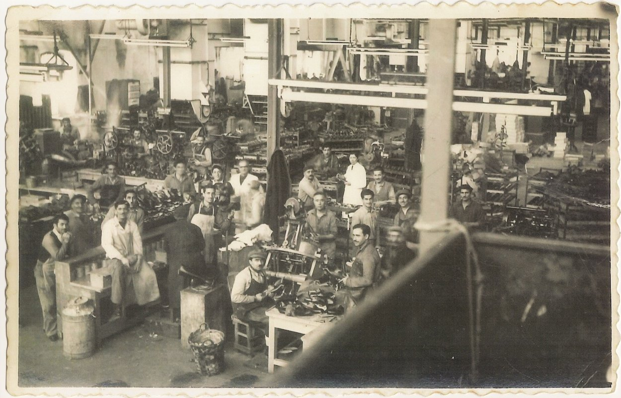 """An old photo shows some workers during their shift in Sümerbank Beykoz Leather and Shoe Factory from """"Kundura Memory"""" exhibition."""