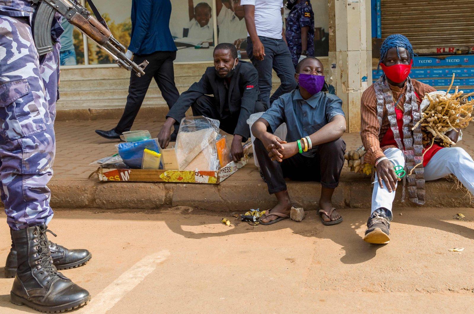 Police officers arrest vendors amid heightened patrols to enforce new COVID-19 lockdown restrictions, Kampala, Uganda, June 25, 2021. (AFP Photo)
