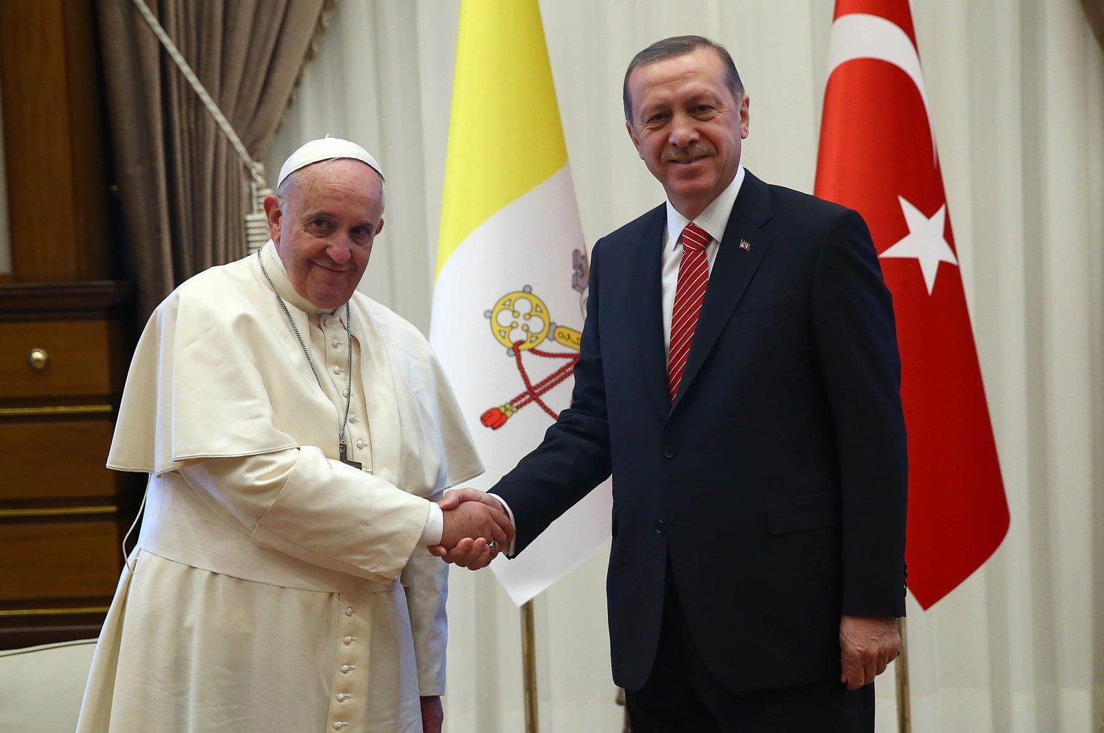 President Recep Tayyip Erdoğan (R) and Pope Francis shake hands at the Presidency in Ankara, Turkey, on Nov. 28, 2014. (Sabah Photo)