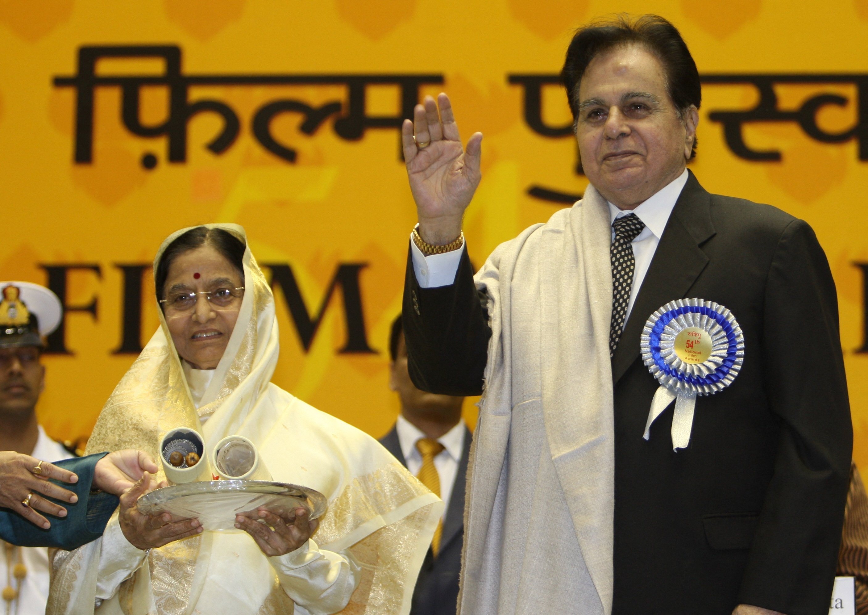 India's then-President Pratibha Patil (L) presents The Life Time Achievement award to Bollywood actor Dilip Kumar (R) at the 54th National Film Awards Function in New Delhi, India, Sept. 3, 2008. (AFP File Photo)
