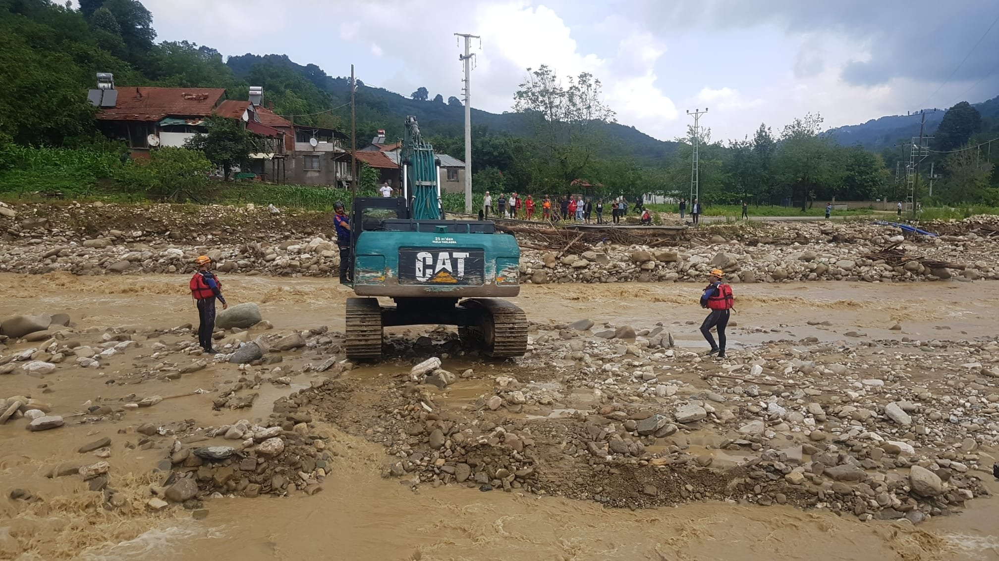A bulldozer attempts to cross a stream to reach people stranded on the other side, in Düzce, northern Turkey, July 7, 2021. (DHA PHOTO)