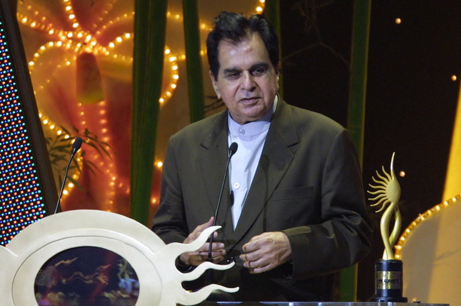 Indian veteran actor Dilip Kumar speaks at the podium for his award for outstanding achievement in Indian cinema at the 5th International Indian Film Academy (IIFA) Awards in Singapore, May 22, 2004. (AFP File Photo)