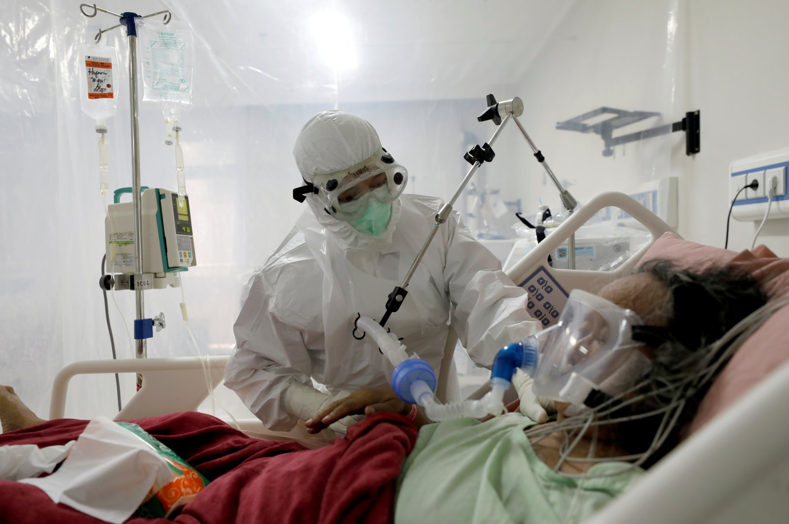 A nurse assists a patient suffering from COVID-19 at an intensive care unit at a hospital in Bogor, Indonesia, Jan. 26, 2021. (Reuters Photo)