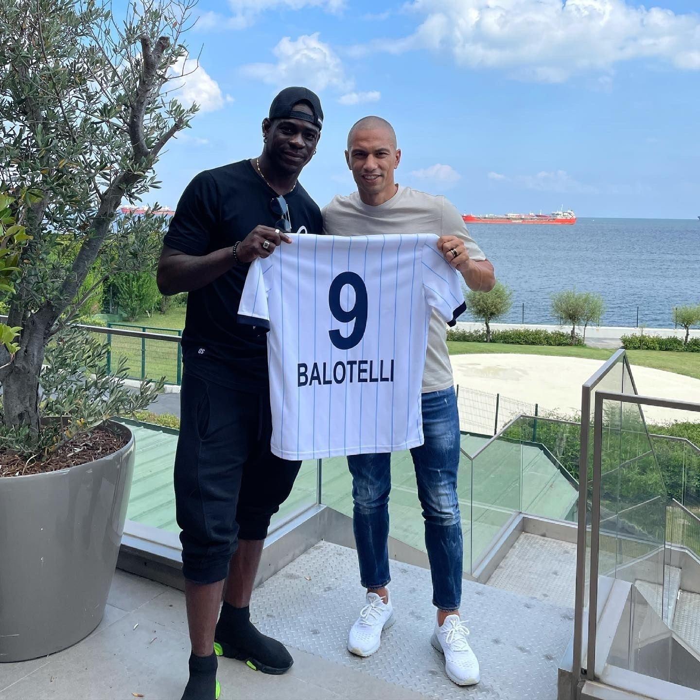 Italian striker Mario Balotelli (L) poses with his No. 9 jersey for Adana Demirspor, July 7, 2021. (IHA Photo)
