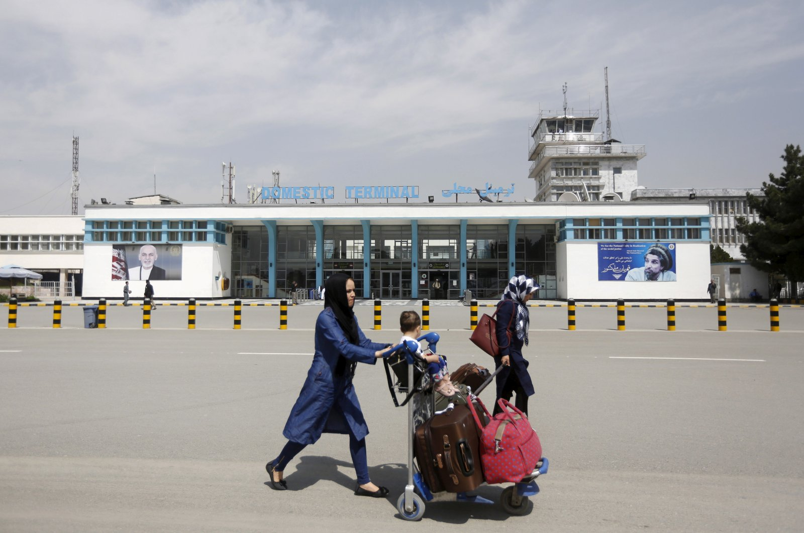 Afghan passengers walk in front of Hamid Karzai International Airport in Kabul, Afghanistan, March 29, 2016. (REUTERS Photo)