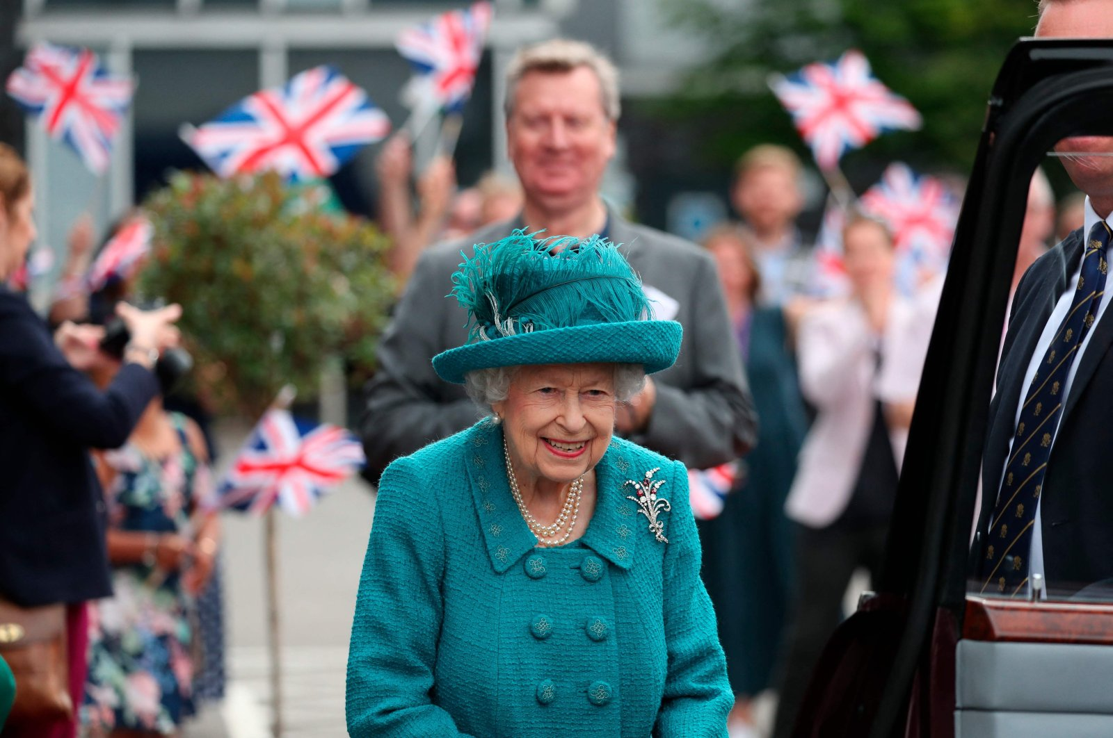 """Britain's Queen Elizabeth II visits the set of the long-running television series """"Coronation Street"""" in Manchester, northwest England, July 8, 2021. (AFP Photo)"""