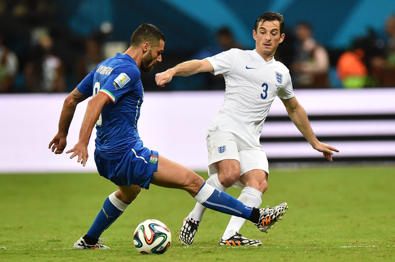 England defender Leighton Baines (R) vies with Italy's midfielder Antonio Candreva during their 2014 FIFA World Cup Group D match at the Amazonia Arena in Manaus, Brazil, June 14, 2014.       (AFP Photo)